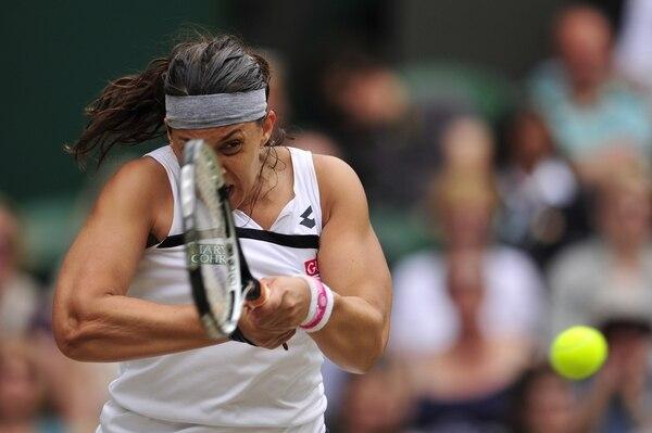 Marion Bartoli coloca la bola justo para que la belga Kirsten Flipkens no tenga opción de responder durante el juego de hoy en Wimbledon.