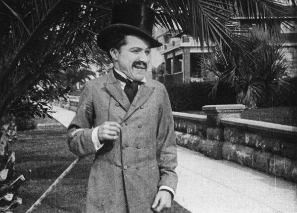 Charles Chaplin debuta en la pantalla grande con ' 'Making a Living', filme dirigido por Henry Lehrman. En el filme, el vagabundo de Charlot se hace pasar por un periodista.