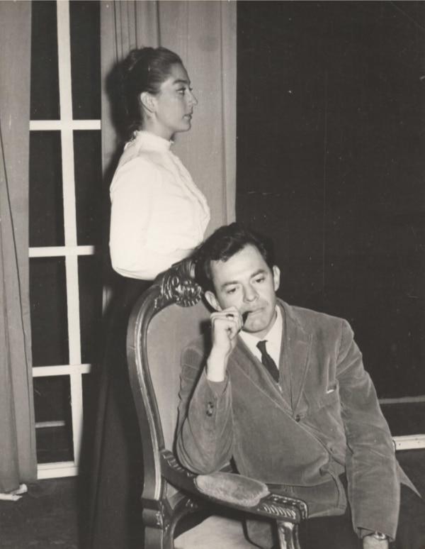 Eliza Doolittle (Flora Marín Guzmán) y el profesor Henry Higgins (Lenín Garrido). Fotografía del archivo personal de la autora.