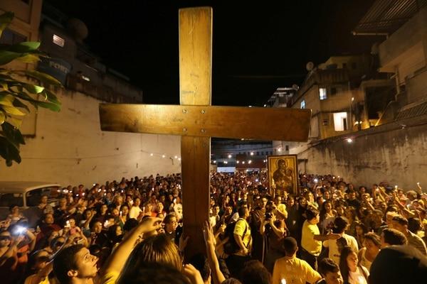 La cruz peregrina, símbolo de la Jornada Mundial de la Juventud (JMJ), fue exhibida el jueves en las calles de la favela de Rocinha, en Río de Janeiro.   EFE