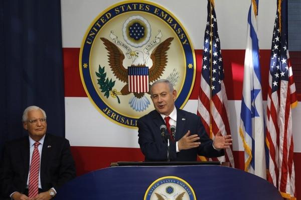 El embajador de Estados Unidos en Israel, David Friedman, escucha al primer ministro de Israel, Benjamin Netanyahu, en la inauguración de la embajada en Jerusalén. Foto AFP: Menahem Kahana