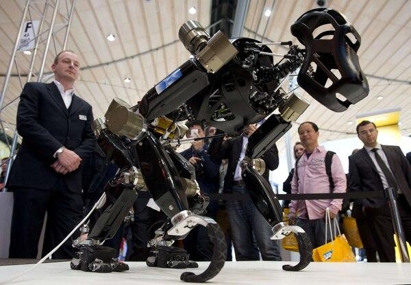 Este es eñ robot-simio Charlie presentado ayer en la CeBIT, que se realiza esta semana en Hannover. Touch Bionics mostró la prótesis de mano que puede controlarse y personalizarse desde un teléfono celular. Sarah Schulze Darup y Mario Martin, de la compañía Panono, exhibieron una pelota equipada con 36 cámaras instaladas y capaz de tomar fotografías de 360 grados. | AP, EFE Y AFP