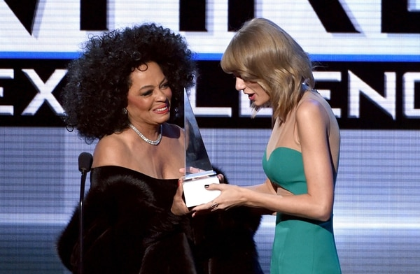 Leyenda. Dos generaciones de estrellas se encontraron sobre el escenario: Donna Summer y Taylor Swift. AFP