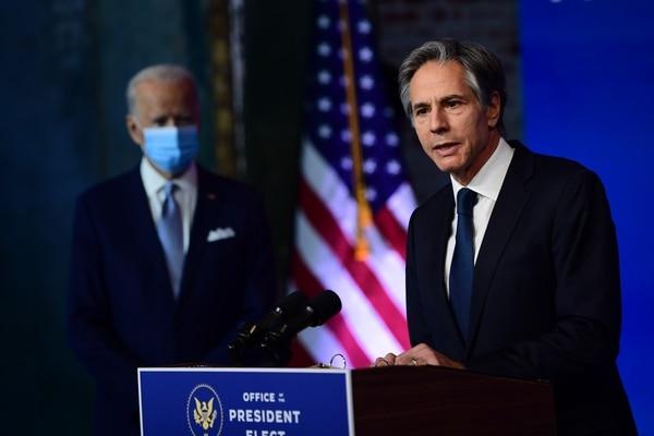 El presidente electo, Joe Biden (izquierda), designó a Anthony Blinken para dirigir la política exterior. AFP