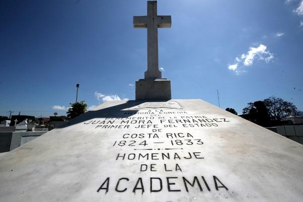 En la tumba de Juan Mora Fernández se encuentra este homenaje. Foto: John Durán.