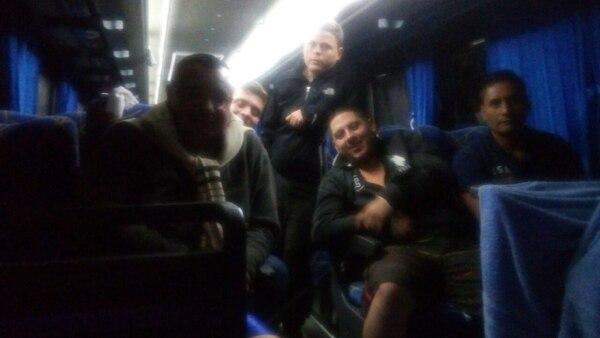 Algunos de los ocupantes de uno de los buses atrapados en el sector de Laguna de Pérez Zeledón.