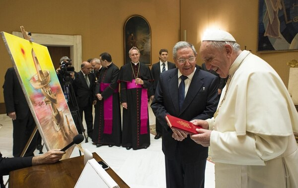 El papa Francisco intercambió ayer regalos con el presidente de Cuba, Raúl Castro, con qien se entrevistó en la Ciudad del Vaticano. | AP