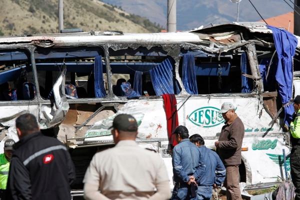 Trabajadores de rescate asisten a un autobús con matrícula colombiana que viaja a Quito, que se estrelló en Pifo, Ecuador. Foto: AP