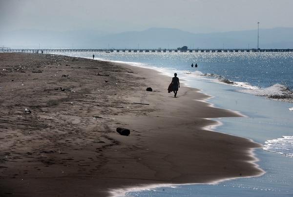 Celina Navarro, Amalia Duarte, Luz Barboza y Consuelo Arroyo son contratadas por algunos vecinos de la comunidades e incluso empresas en Barranca, Puntarenas, para recoger los desechos de las playas y los parques aledaños. A la derecha, una vista de la playa de Puntarenas, donde hay basura, pero el mar no sobrepasa el límite de coliformes. | JOHN DURÁN