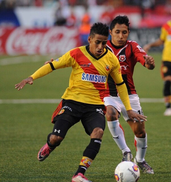 El lateral de Herediano Marvin Obando fue sancionado con ¢20.000 y un partido de suspensión. En la acción, lo marca Allen Guevara. | ARCHIVO