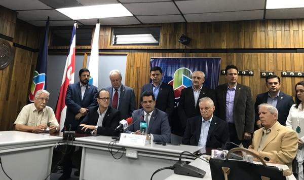Franco Pacheco, presidente de la Uccaep, (al centro de la fotografía) junto a los miembros del Consejo Directivo de esa organización y representantes en la mesa de diálogo del IVM.