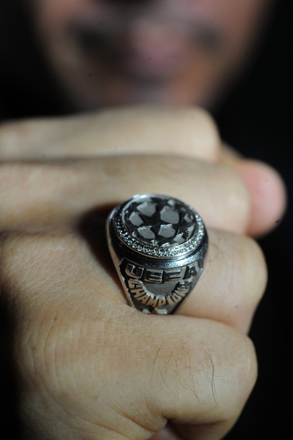 Este es el anillo de la Champions League que Randall lleva consigo siempre. Jorge Navarro.