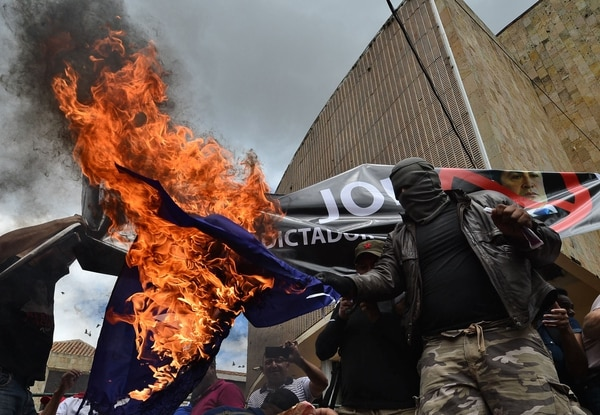Students of the National Autonomous University of Honduras (UNAH) demonstrate demanding the resignation of Honduran President Juan Orlando Hernandez for his alleged links with drug trafficking, in the surroundings of the Congress building in Tegucigalpa on August 6, 2019. (Photo by ORLANDO SIERRA / AFP)