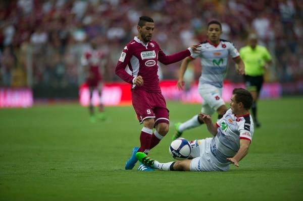 Marvin Angulo intenta eludir la marca del manudo Kenner Gutiérrez.