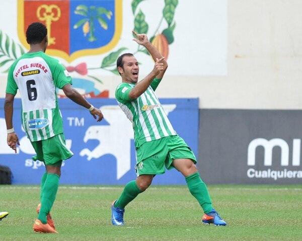 Bill González (junto a Yozhimar Reid) marcó para Limón. Jerry Palacios (foto de la derecha, con Porfirio López) igualó para la Liga.   MANUEL VEGA.