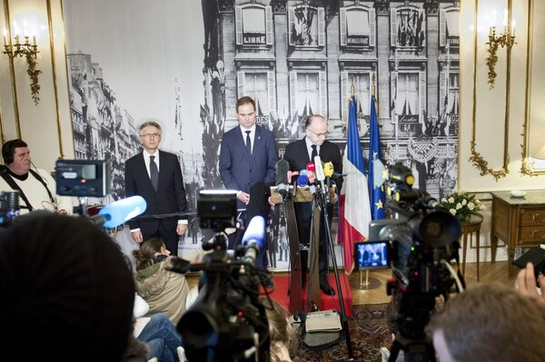 Nicolai Wammen, Ministro de Defensa (C) en la conferencia de prensa junto con Francois Zimeray, embajador francés en Dinamarca (izq) y Bernard Cazeneuve, Ministro del Interior francés en la embajada de francesa en Copenhague.