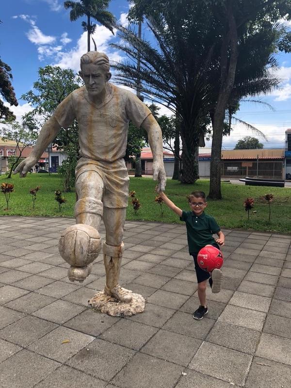 Santiago Arrieta también tiene una fotografía con la estatua de Alejandro Morera Soto. Foto: Cortesía