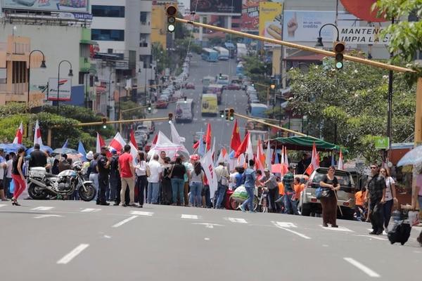 Miembros de sindicatos bloquearon la avenida segunda de San José para protestar por el aumento del 1% en la cuota obrera al régimen del IVM. La situación complica el tráfico vehicular.