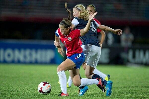 Noelle Sanz (3) marca a Lindsay Horan (9). | CORTESÍA DE CONCACAF