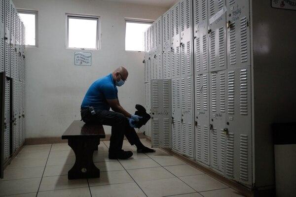 Cada uno de los 175 empleados del Carlos María debe cambiarse de ropa al ingresar o salir de la institución. El uniforme de trabajo y los zapatos son lavados y desinfectados en la lavandería del Hogar. Greidin Jiménez realizó ese protocolo este miércoles. Foto: Jeffrey Zamora
