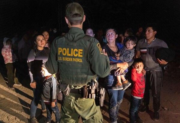 Un agente de la Patrulla Fronteriza de Estados Unidos toma los datos de migrantes procedentes de Centroamérica que cruzaron el Río Grande. Foto: AFP