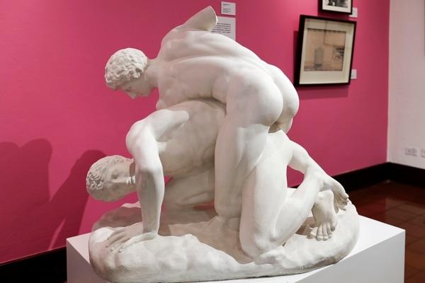 En la exposición 'Detrás del Portón Rojo' se muestra una copia en yeso a partir de un original helenístico en mármol. Fotografía: José Cordero.