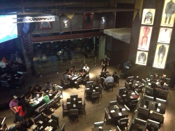 El Hard Rock Café abrió sus puertas al público este miércoles a las 9:20 p. m., al local asistieron entre 35 y 40 personas.