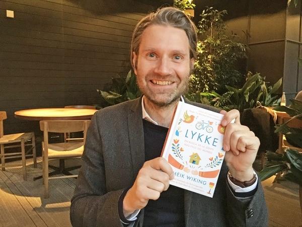 Meik Wiking mostrando su último libro sobre la felicidad. Foto brindada por la editorial. EFE.