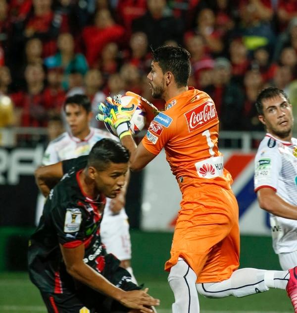 Leonel Moreira, portero de Herediano, se queda con el balón ante el ataque del delantero manudo Johan Venegas, durante la final.   JORGE ARCE