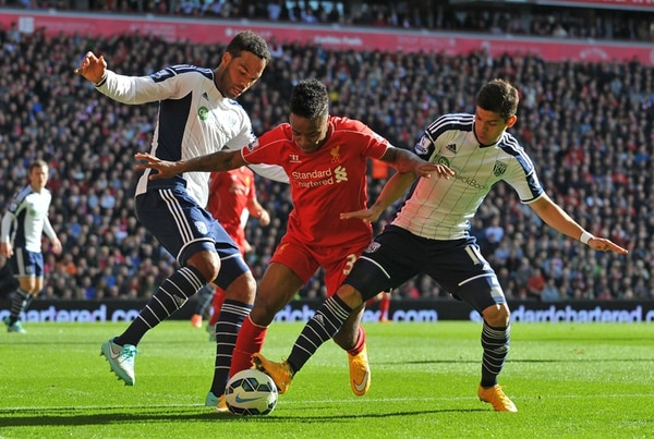 Los jugadores del West Bromwich Joleon Lescott (izquierda) y Christian Gamboa (derecha) marcan a Raheem Sterling, del Liverpool. | AFP