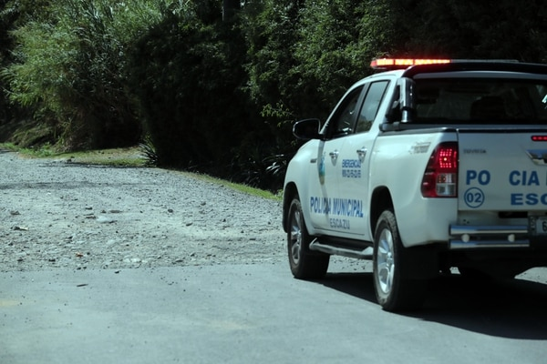 Al fondo de una calle de lastre muy solitaria, en Bello Horizonte de Escazú, fue hallado el cuerpo con varios disparos. Foto: Alonso Tenorio.