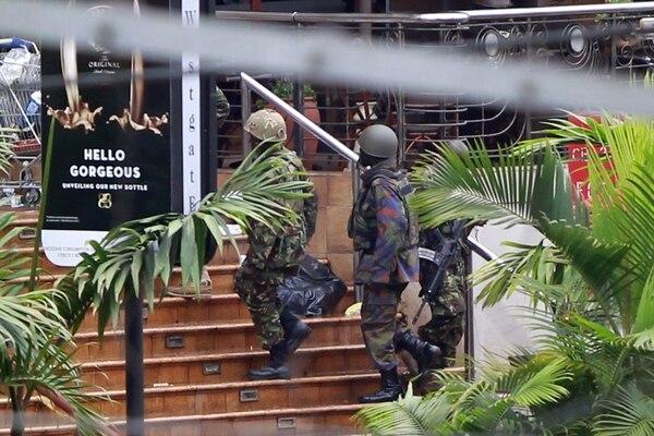 Soldados del Ejército llegaron ayer al centro comercial Westgate, en Nairobi, al finalizar la operación. | EFE