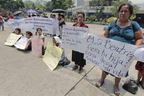 Varias personas se manifestaron a favor del aborto en El Salvador el 22 de abril del 2013.