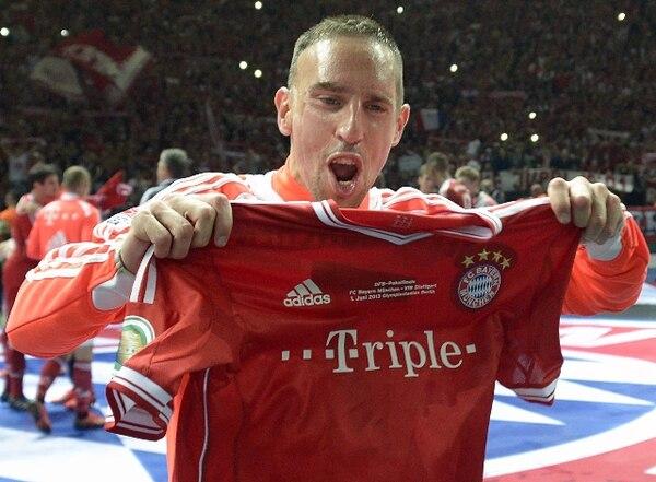 Franck Ribery celebra el triplete que consiguió este año el Bayern de Múnich. / AFP