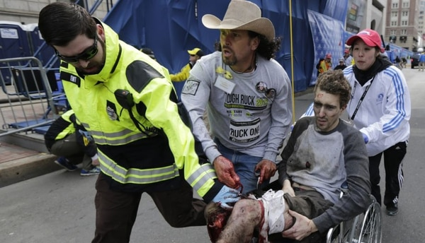 El costarricense Carlos Arredondo (de sombrero) cooperó con el traslado de varios heridos del atentado de la Maratón de Boston.