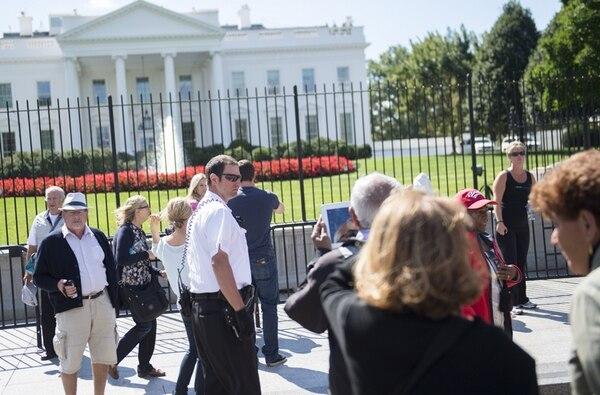Un agente de la División Uniformada del Servicio Secreto patrulla en las afueras de la verja de la Casa Blanca. Las medidas de seguridad se incrementaron tras el incidente que ocurrió el viernes anterior. | AFP