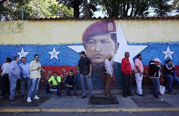 Electores hacen fila en un centro de votación en Caracas. La participación nacional fue de 58,92%, un porcentaje que agradó al Consejo Nacional Electora. | AP.