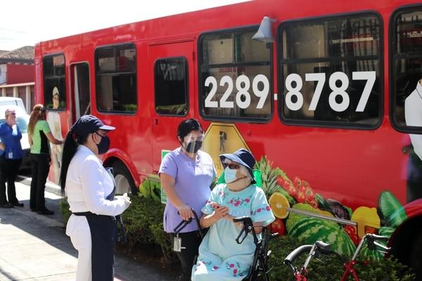 Minisúper rodante brinda servicio a adultos mayores, personas con discapacidad y público en general en Escazú y Santa Ana. Foto: Alonso Tenorio.