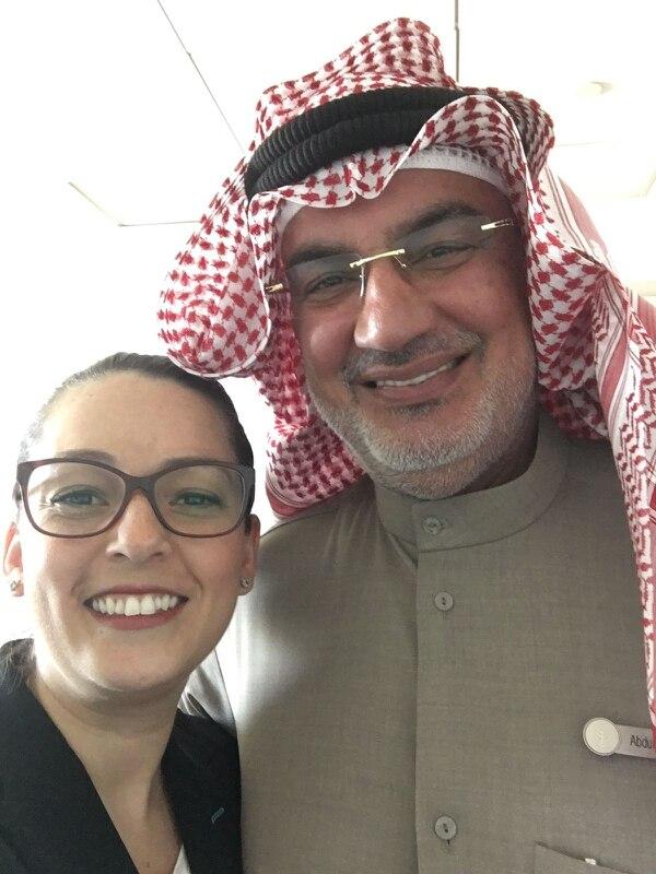 Melissa Rodríguez con Abdullah Alshuaib, director de seguridad del hotel donde trabaja. Él viste siempre el traje típico y fue general de ejército durante la Guerra del Golfo.