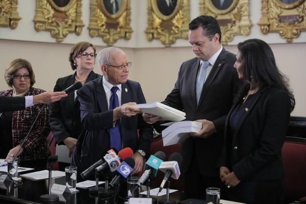 El ministro de Hacienda, Helio Fallas, entregó el proyecto de ley del Presupuesto Nacional del 2018 al presidente de la Asamblea Legislativa, Gonzalo Ramírez, el 1°. de setiembre anterior.