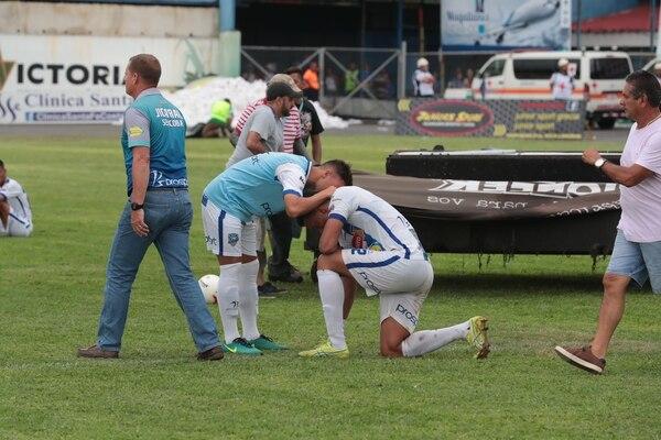 Jugadores de Jicaral lloran tras perder ante Grecia.