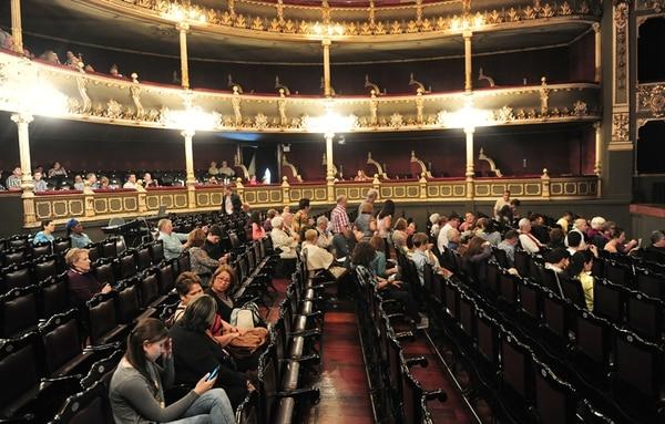 Aplauso. Aunque no estuvo lleno, el teatro atrajo a su audiencia fiel. John Durán.