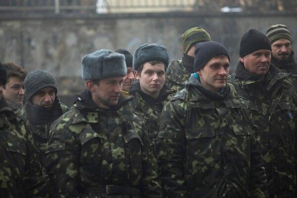 Ucranianos reciben instrucción militar en un centro de reclutamiento en Kiev. Cientos de voluntarios se preparan para una eventual guerra. | AP