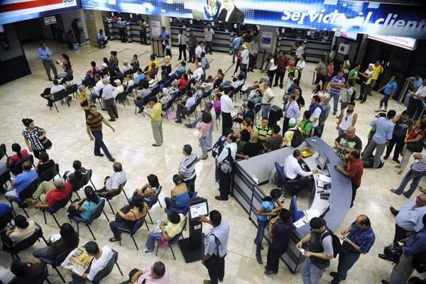 Contribuyentes del impuesto a sociedades que se presentaron este año a las oficinas centrales del Banco de Costa Rica a pagar el tributo. | ARCHIVO