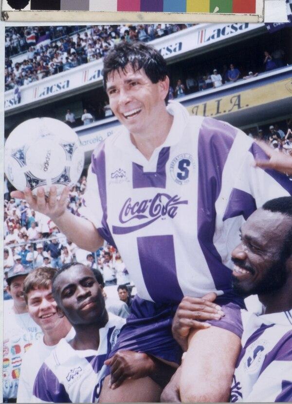 Evaristo Coronado debutó en 1978 con la UCR, pero la mayor parte de su carrera la escribió con el Deportivo Saprissa.