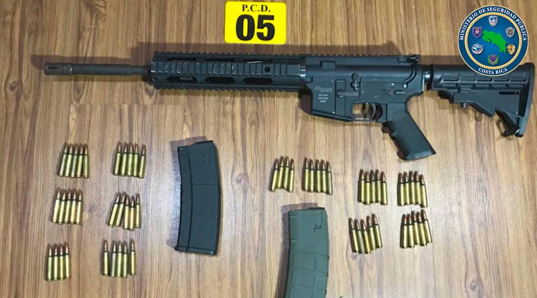 El arma de fuego, dos cargadores y las municiones fueron decomisados por las autoridades. Foto: Cortesía MSP.