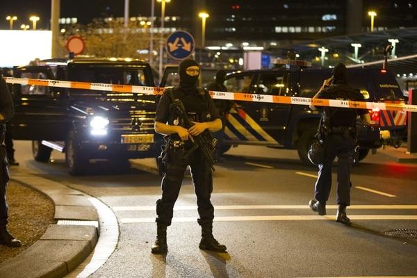 La televisión mostró imágenes de policías fuertemente armados patrullando a las puertas del recinto.
