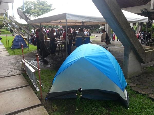 Frente al edificio de la Rectoría de la UCR todavía están las tiendas de campaña de los manifestantes de los Ebáis en huelga.   ARCHIVO/ÁLVARO VALVERDE