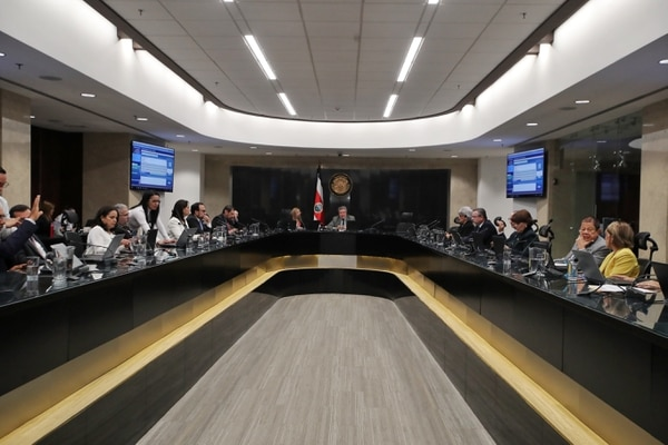 Los decisión se adoptó con el voto mayoritario de 13 magistrados presentes. Dos votaron en contra y cuatro suplentes de la Sala Constitucional se abstuvieron. Foto: John Durán