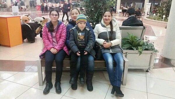 La familia del tico Carlos Alvarado Sandoval.